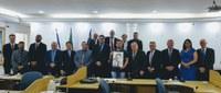 Artista doa retrato de Newton Braga à Câmara